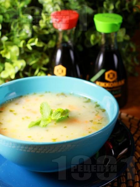 Вкусна пилешка супа с месо от бутчета, естрагон, картофи и фиде и застройка от кисело мляко и жълтък - снимка на рецептата